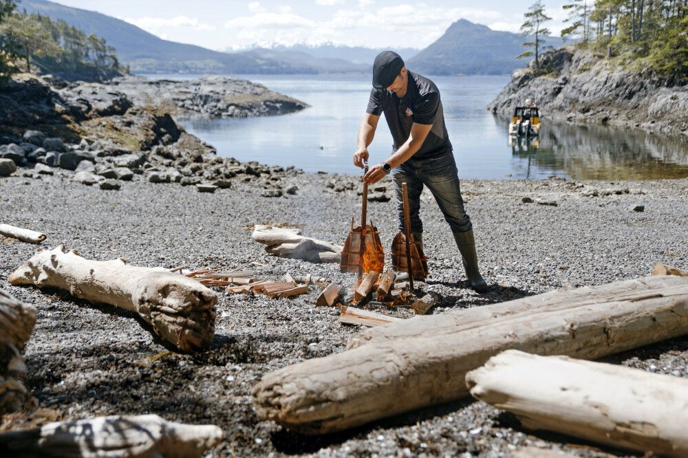 Lachsbraten in einer stillen Bucht bei Port Hardy, Vancouver Island