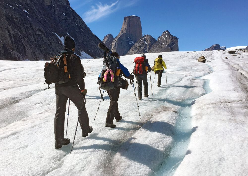 Wanderer im Auyuittuq National Park, Baffin Island, in Richtung Mount Asgard