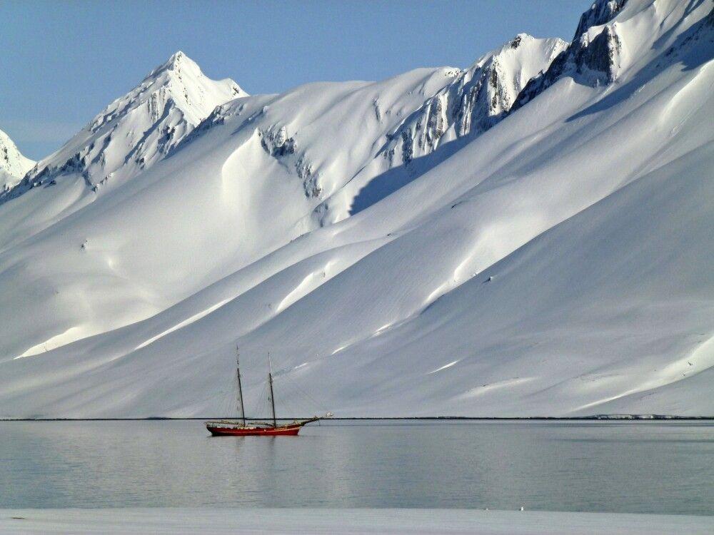 Die Noorderlicht im noch winterlich verschneiten Spitzbergen