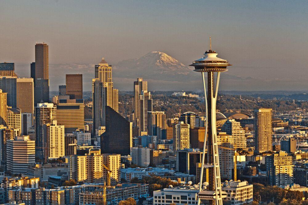 Panorama von Seattle mit Space Needle und Mount Rainier im Hintergrund, Washington State